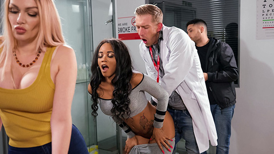 Kiki Minaj - Fucked In Line At The Pharmacy [Milfs Like It Big / Brazzers] - August 14, 2021